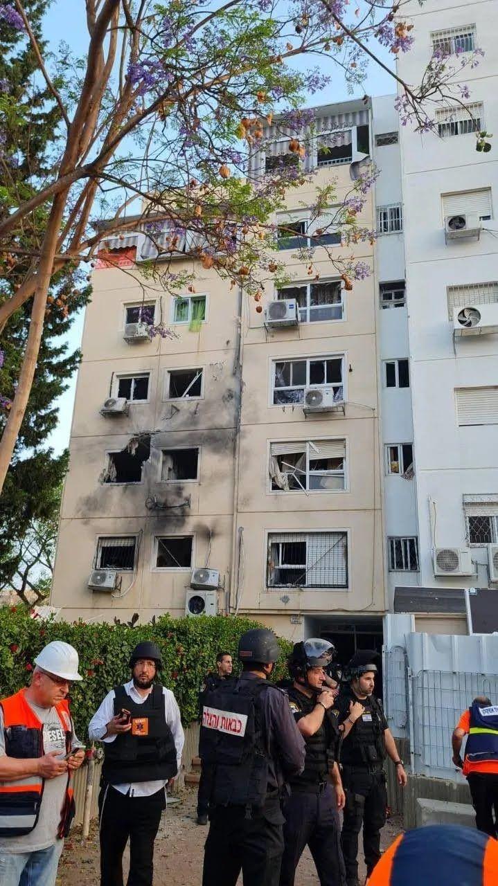 Пошкоджений під обстрілами будинок
