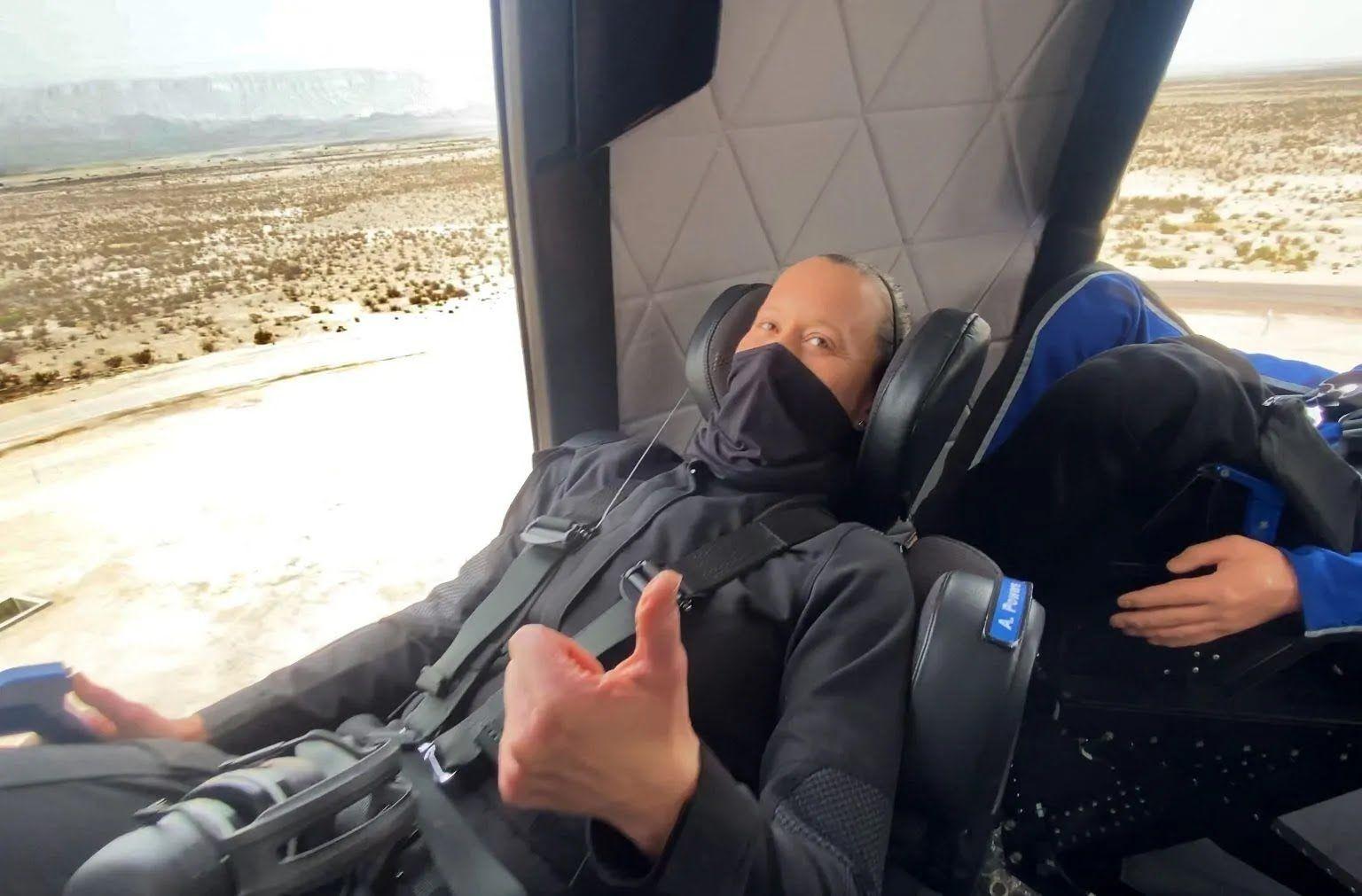Співробітник Blue Origin у капсулі New Shepar
