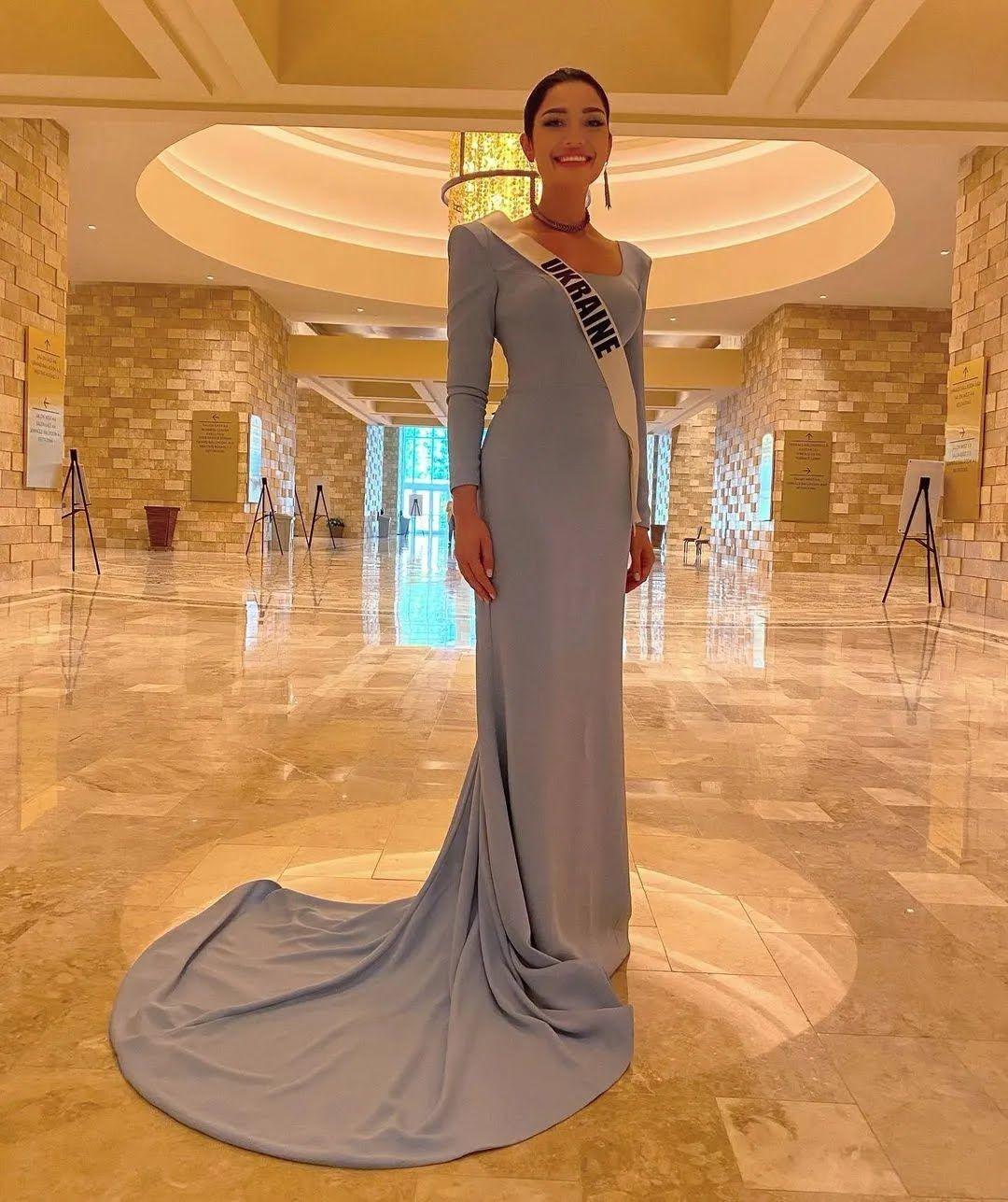 Ястремская позировала в платье.