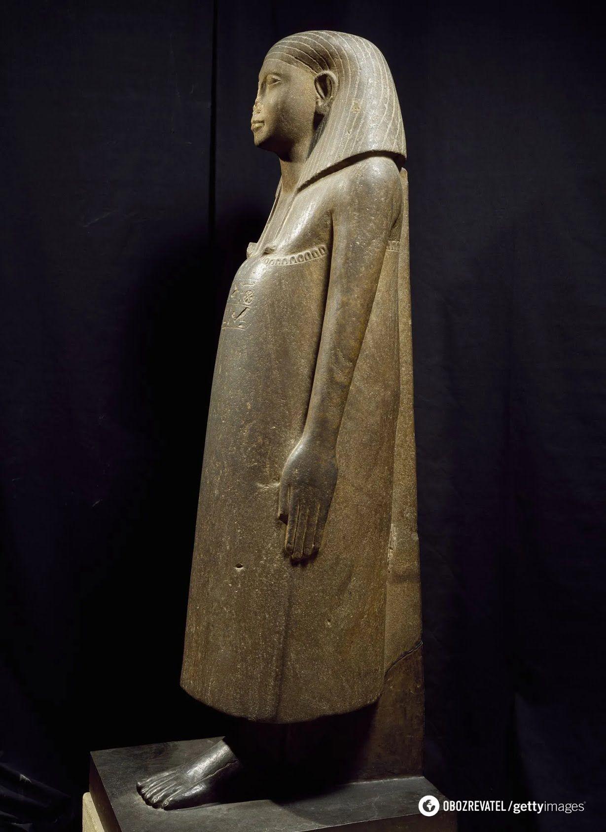Египетская статуя с отбитым носом в Лувре