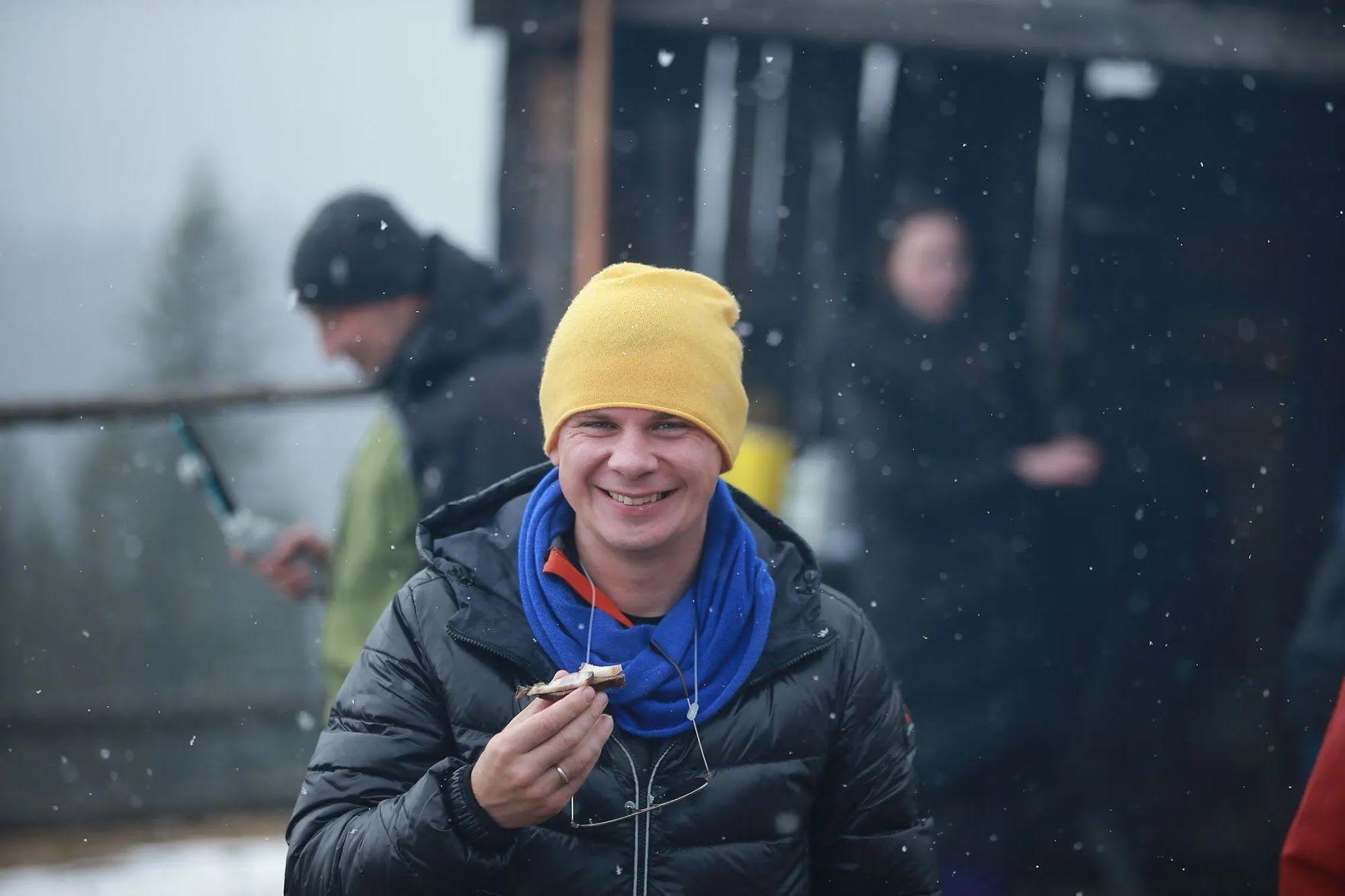 Дмитрия Комарова угостили сыром и салом в горах.