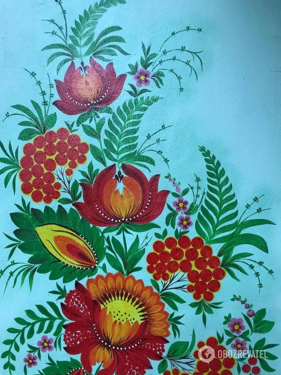 Петриківський живопис на стінах під'їзду.