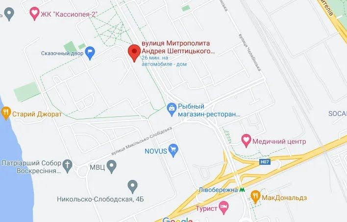 """Дев'ятиповерхівка з петриківським розписом знаходиться недалеко від метро """"Лівобережна""""."""