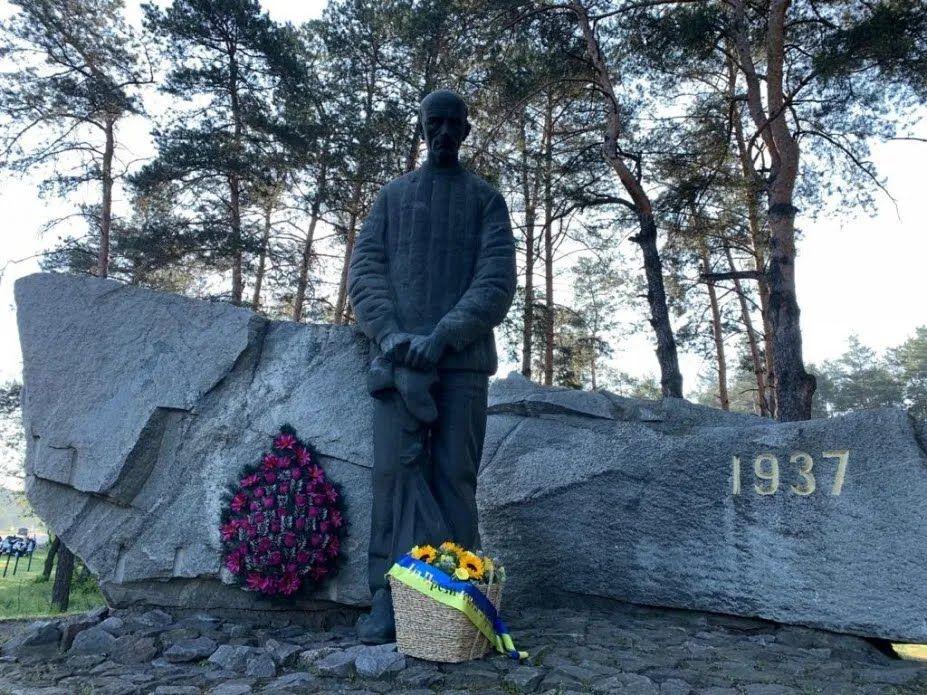 Президент почтил память жертв политических репрессий