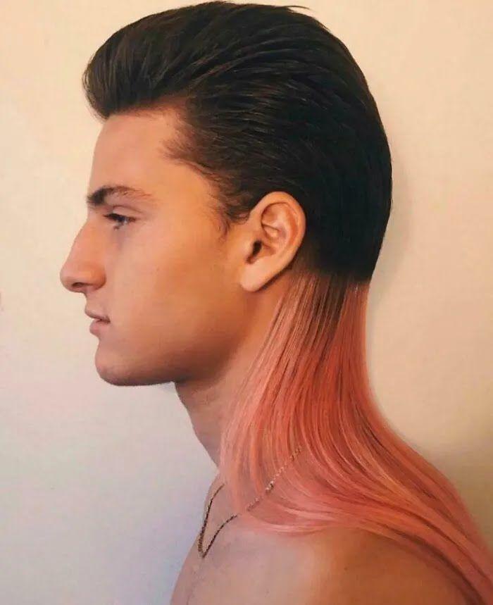 Парень долго отращивал волосы, чтобы покрасить их в розовый.