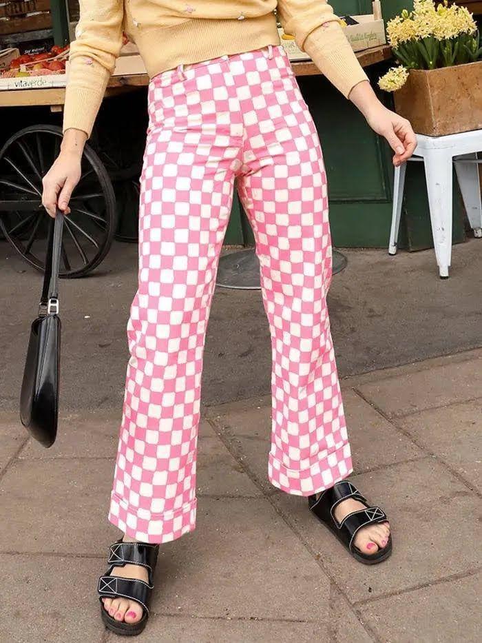 Также в тренде этого сезона разноцветные брюки