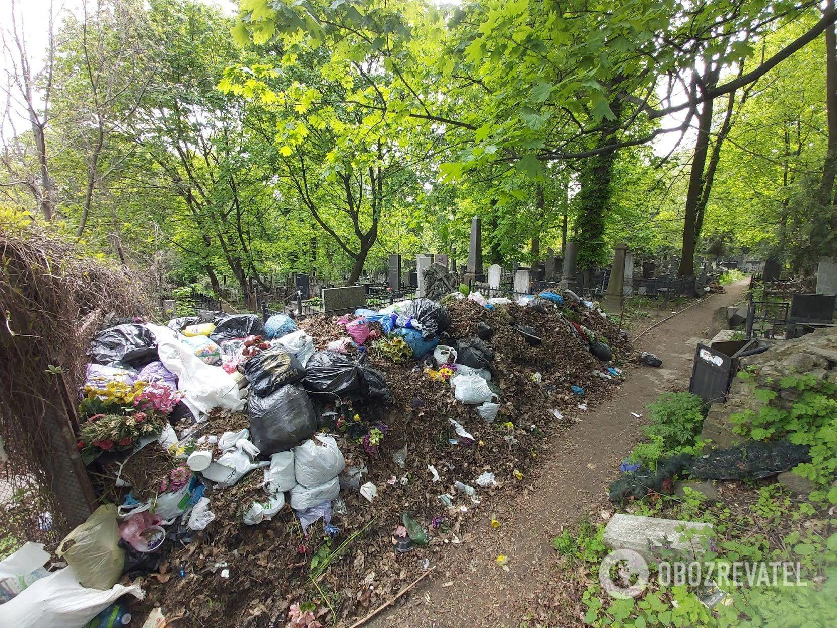 Гори сміття на алеях старого сектору некрополя.
