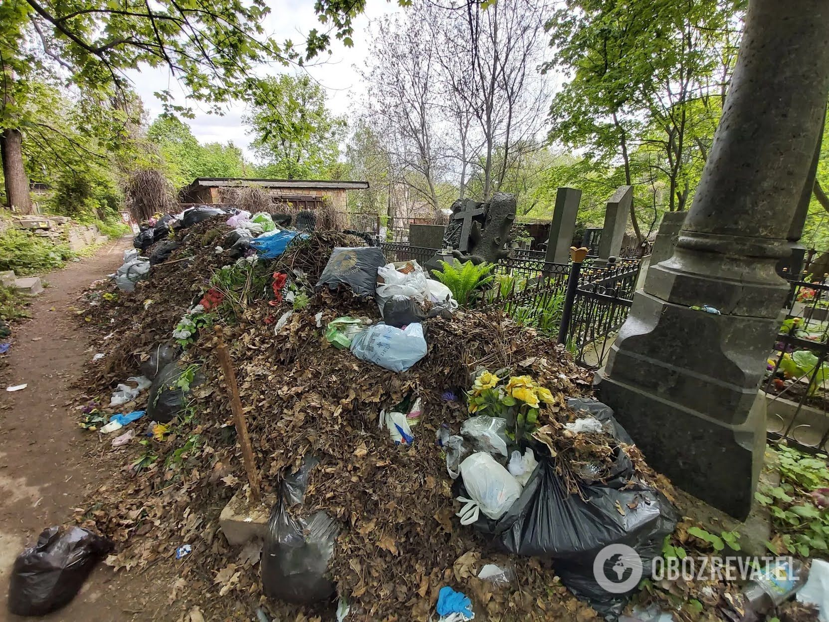 Могили царської епохи перетворили на смітник.