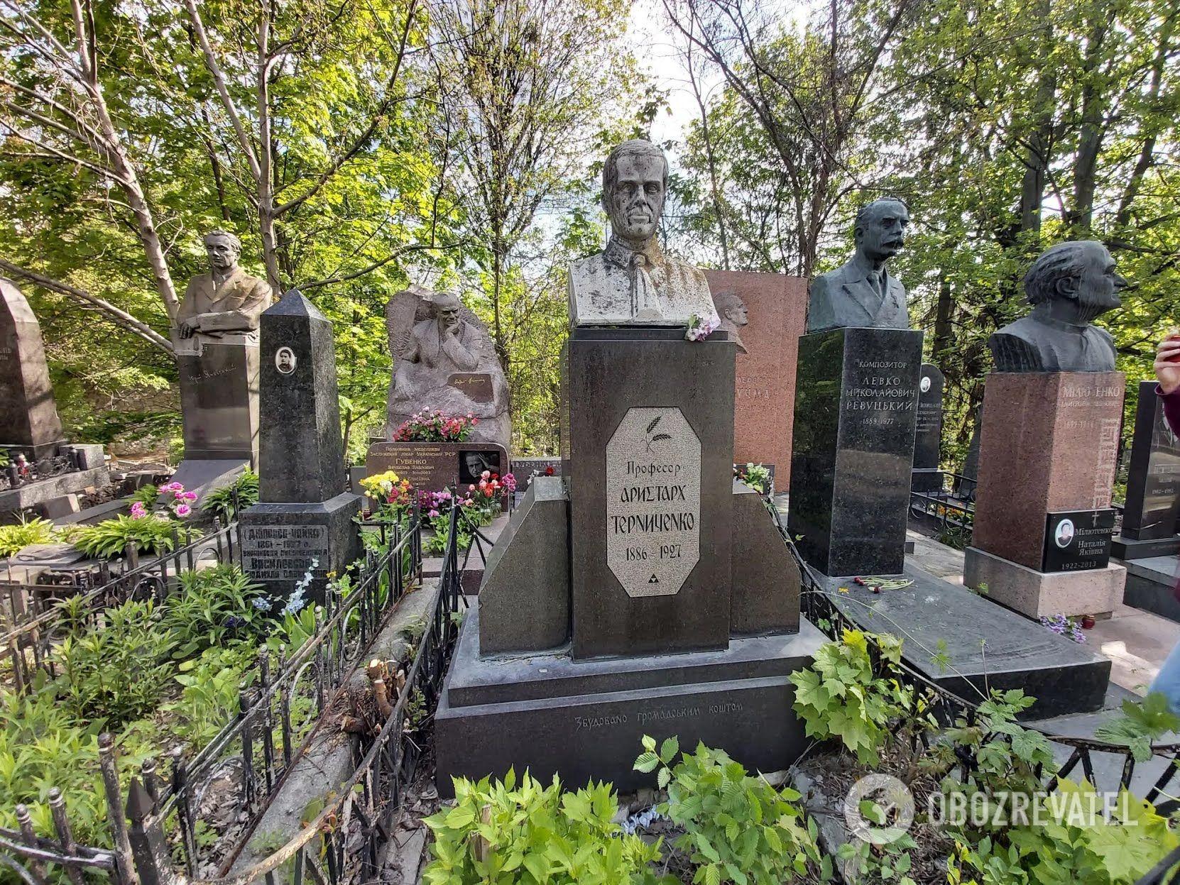 На кладовищі є унікальні пам'ятники в національному стилі.