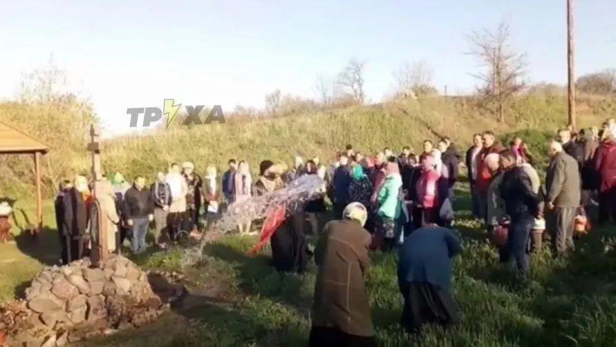 Священик облив людей із відра.