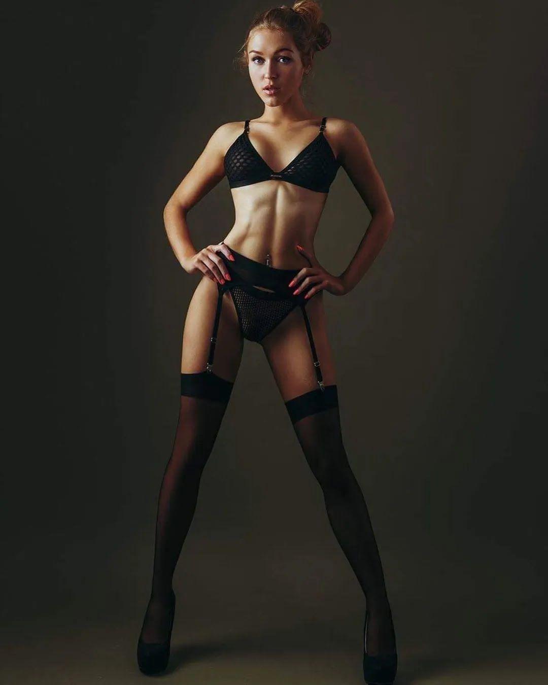 Николь Дентодриа в черном белье
