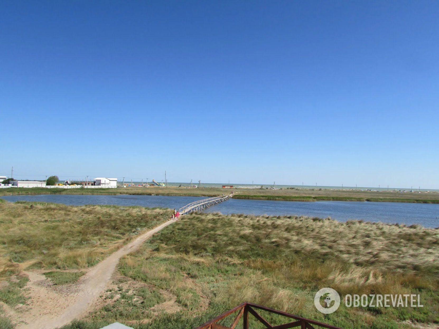 На Арабатській стрілці розташовуються три курортних селища: Генічеська Гірка, Щасливцеве та Стрілкове