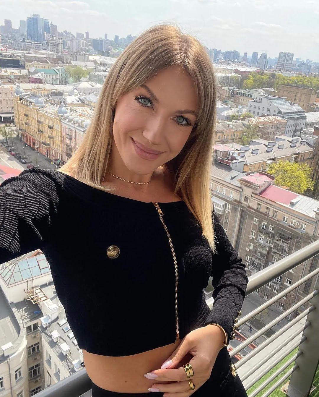 Леся Никитюк позировала в коротком черном топе
