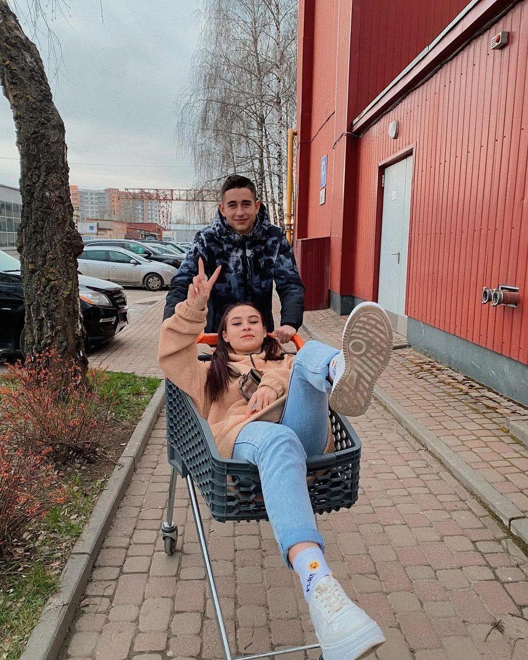 Роман Сасанчин со своей девушкой.