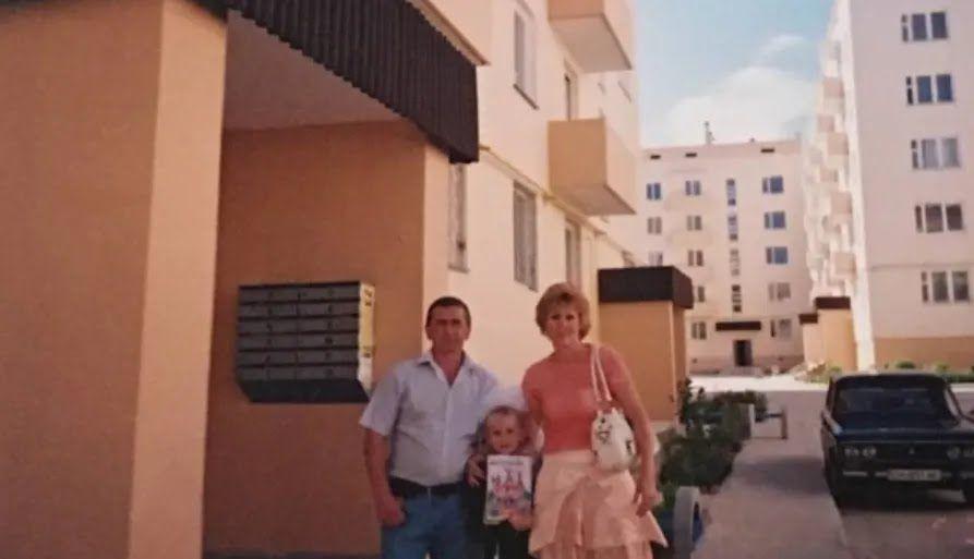 Тетяна Шевчук з родиною біля будинку, в якому у 2007 році отримала квартиру від України
