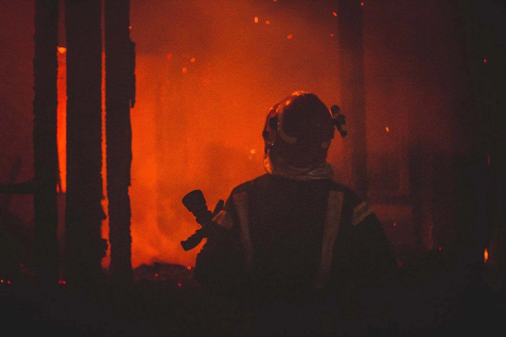 Пожежник бореться з відкритим вогнем на пожежі у Києві
