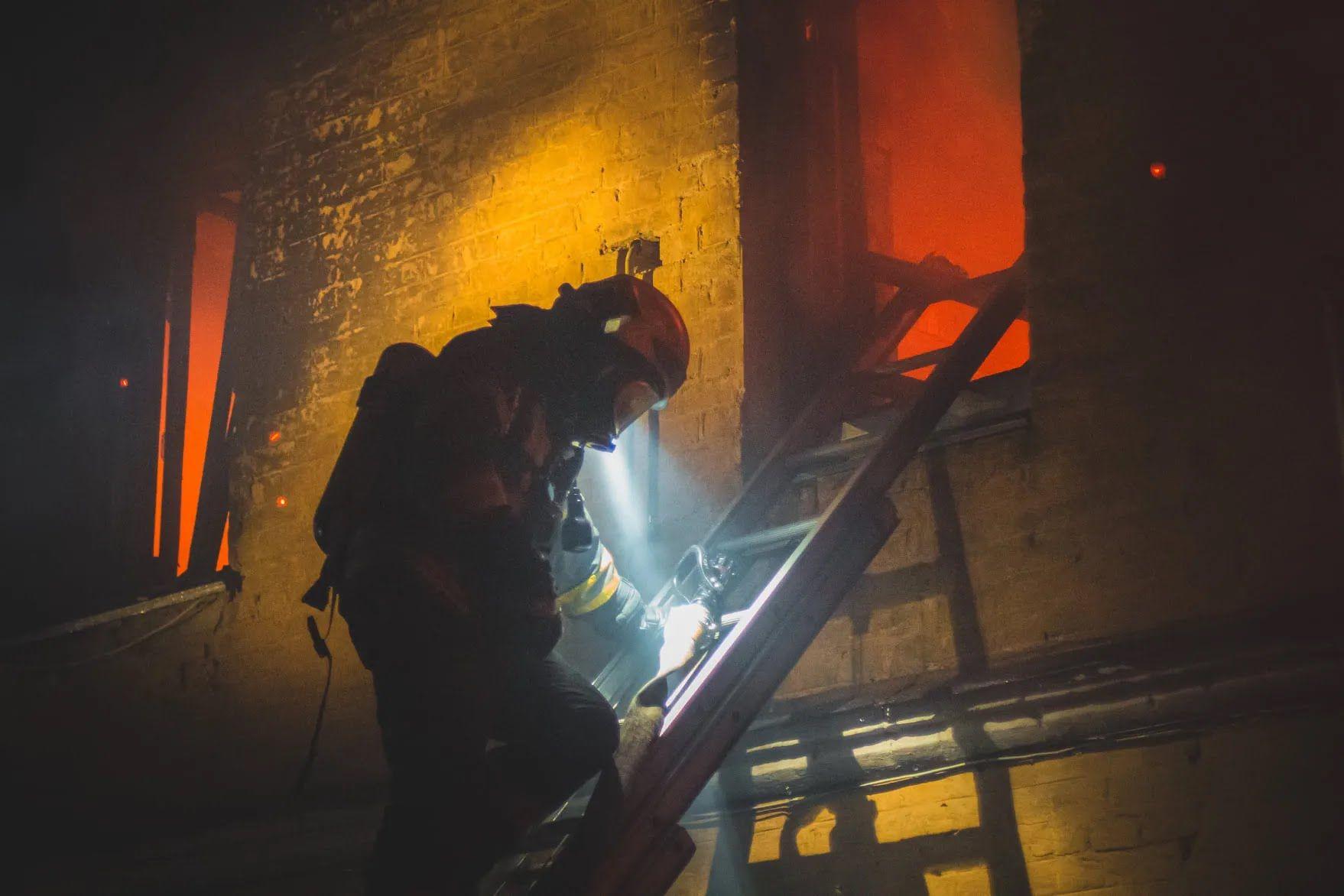 Рятувальник піднявся до вікна, де вирує полум'я