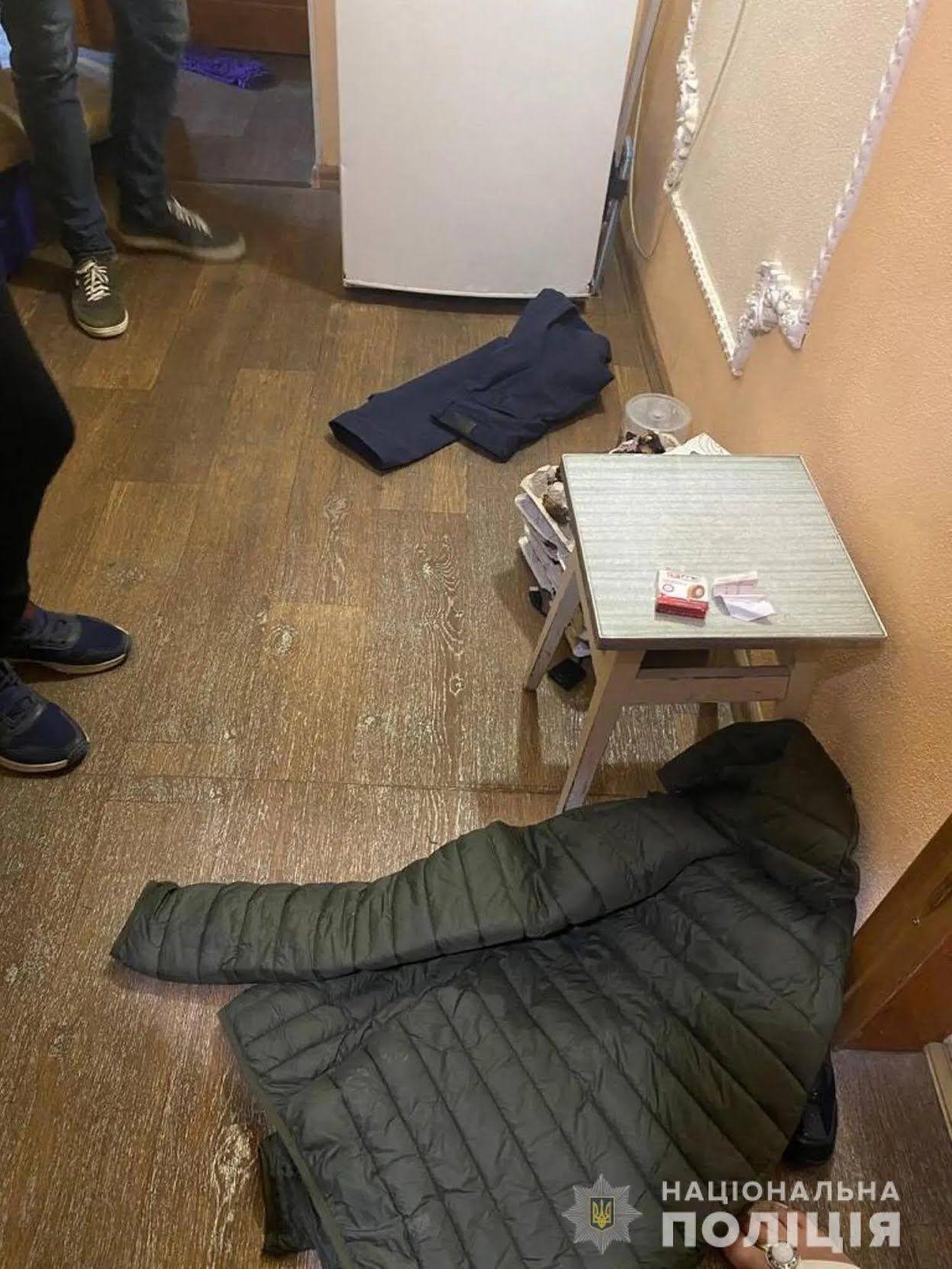 Момент обшуку житла підозрюваного у скоєнні подвійного вбивства у Харкові