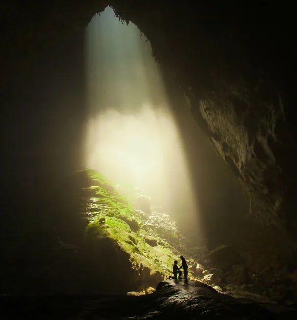 Парень сделал предложение в самой глубокой пещере мира.