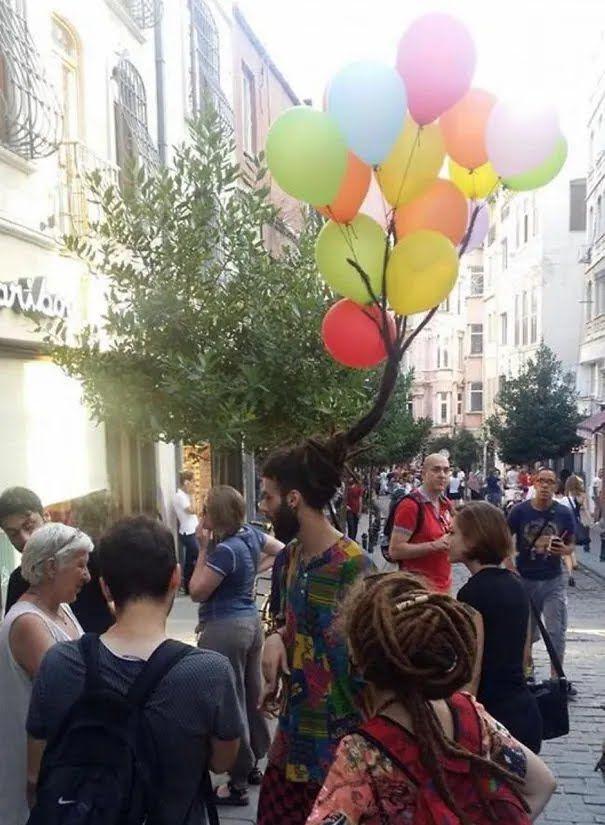 Епатажна чоловіча зачіска прикрашена повітряними кульками.