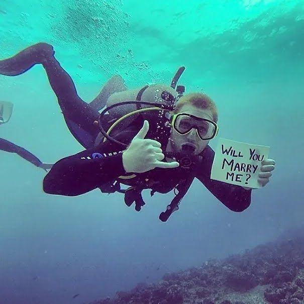 Дайвер сделал предложение руки и сердца под водой.