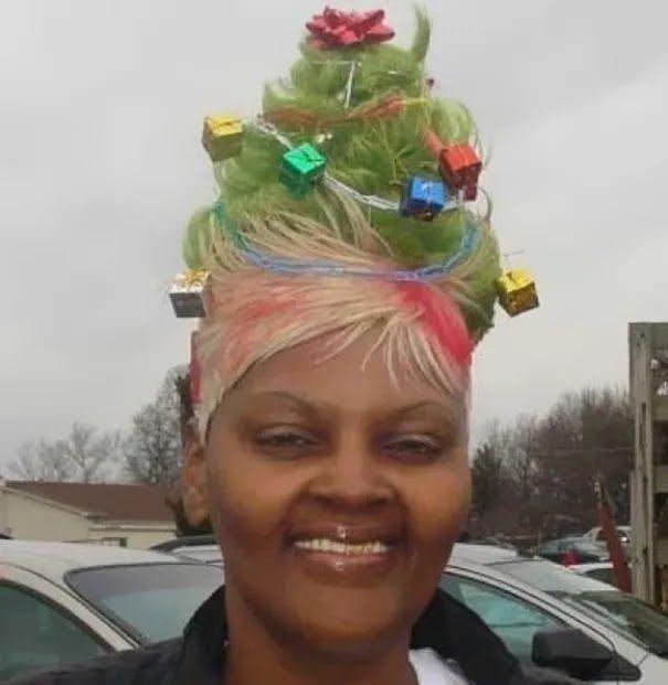 Жінка зробила зачіску у формі ялинки.