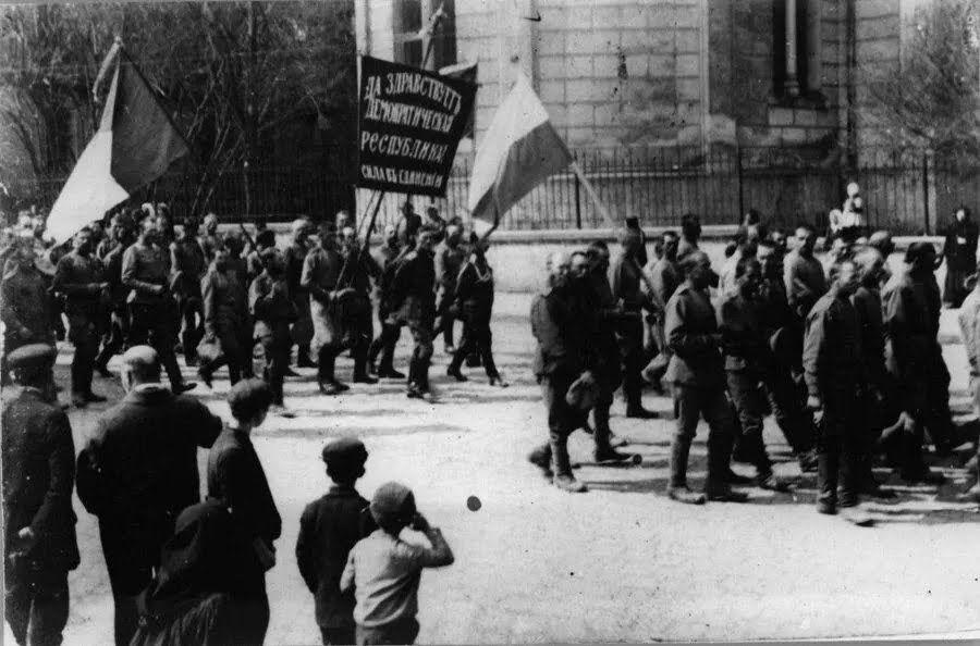 Флаг Украины на военной демонстрации в 1917 году