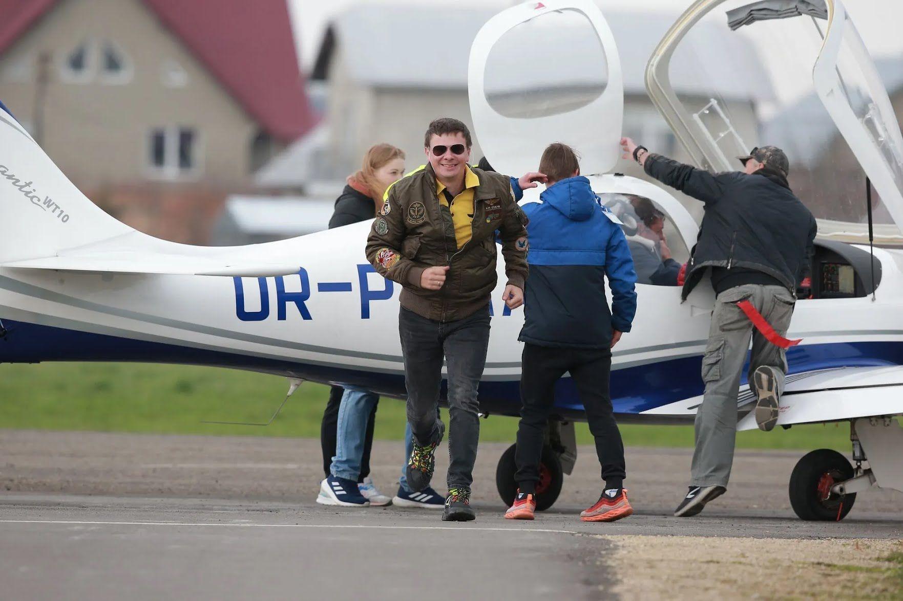 Дмитро Комаров сам полюбляє літати