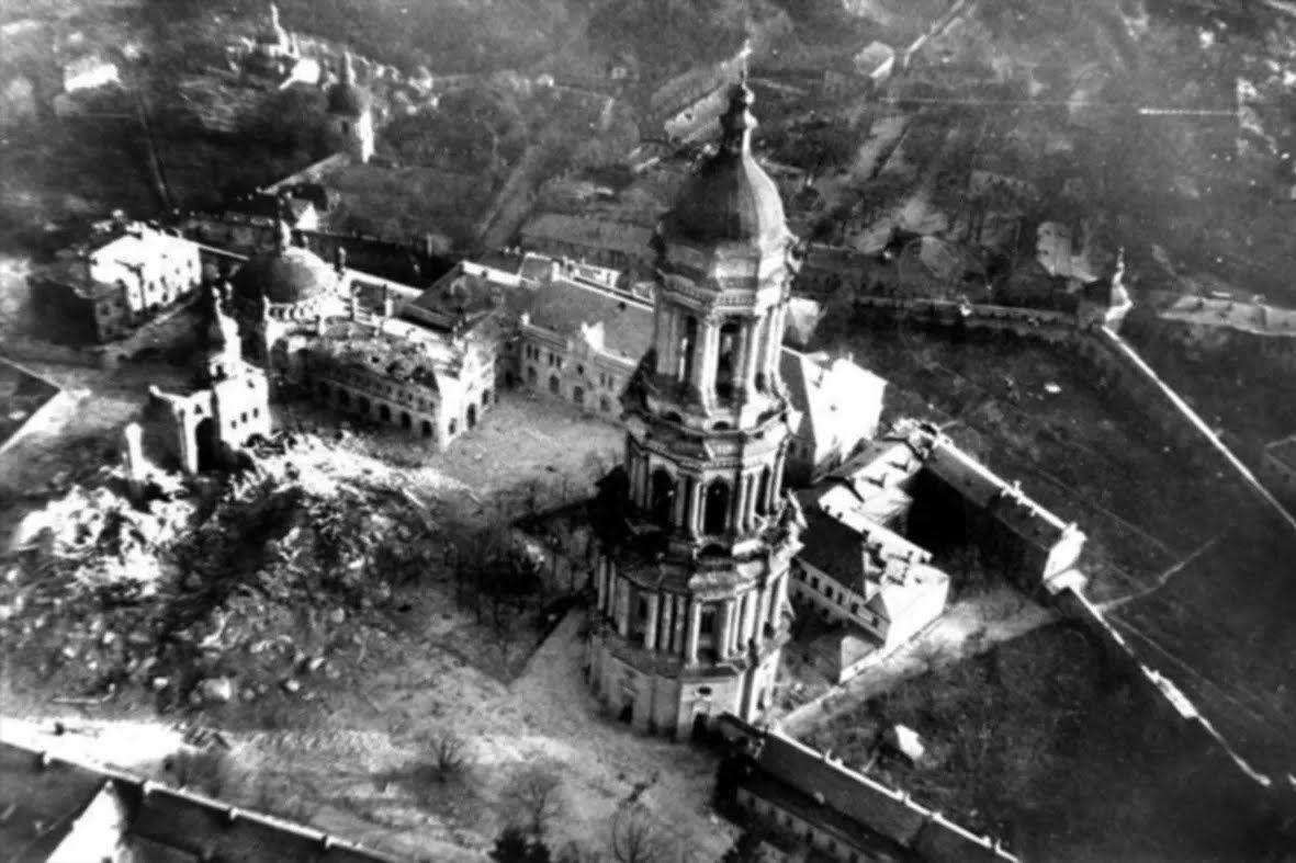 Знищений Успенський собор Києво-Печерської Ларври.