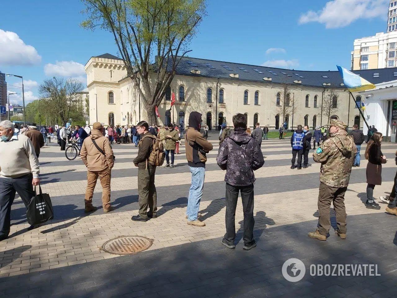 На марш зібралося кілька десятків людей.