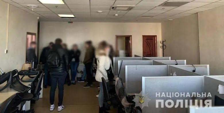 """У Києві колектори погрожували людям і """"вибивали"""" з них гроші."""
