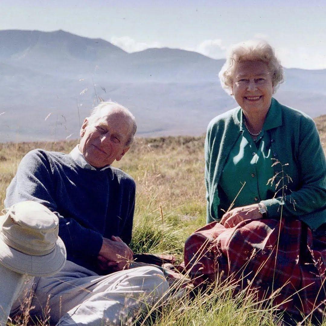 На архівному знімку Єлизавета і Філіп виглядають дуже щасливими. 2003 рік, Койлс-де-Мюік