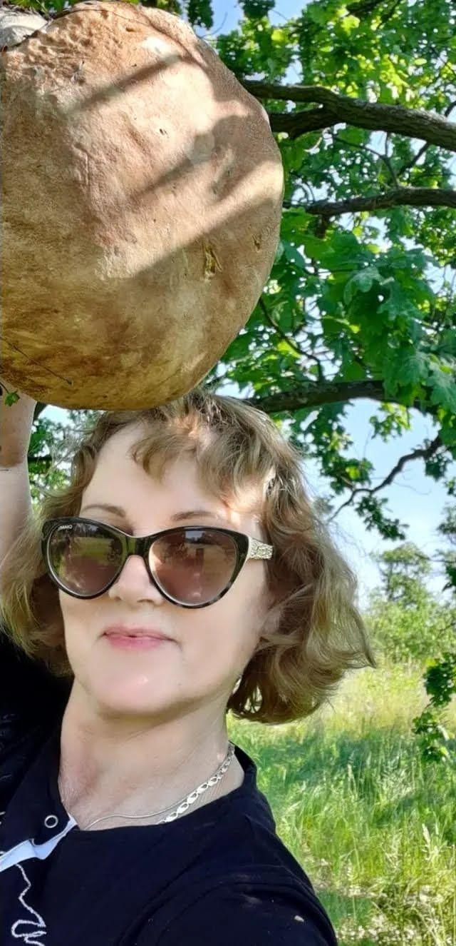 Киянка знайшла величезний гриб на Лісовому масиві.