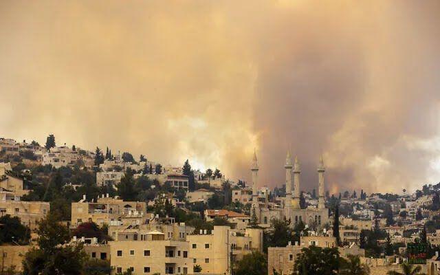 Вогонь спалахнув в декількох районах.