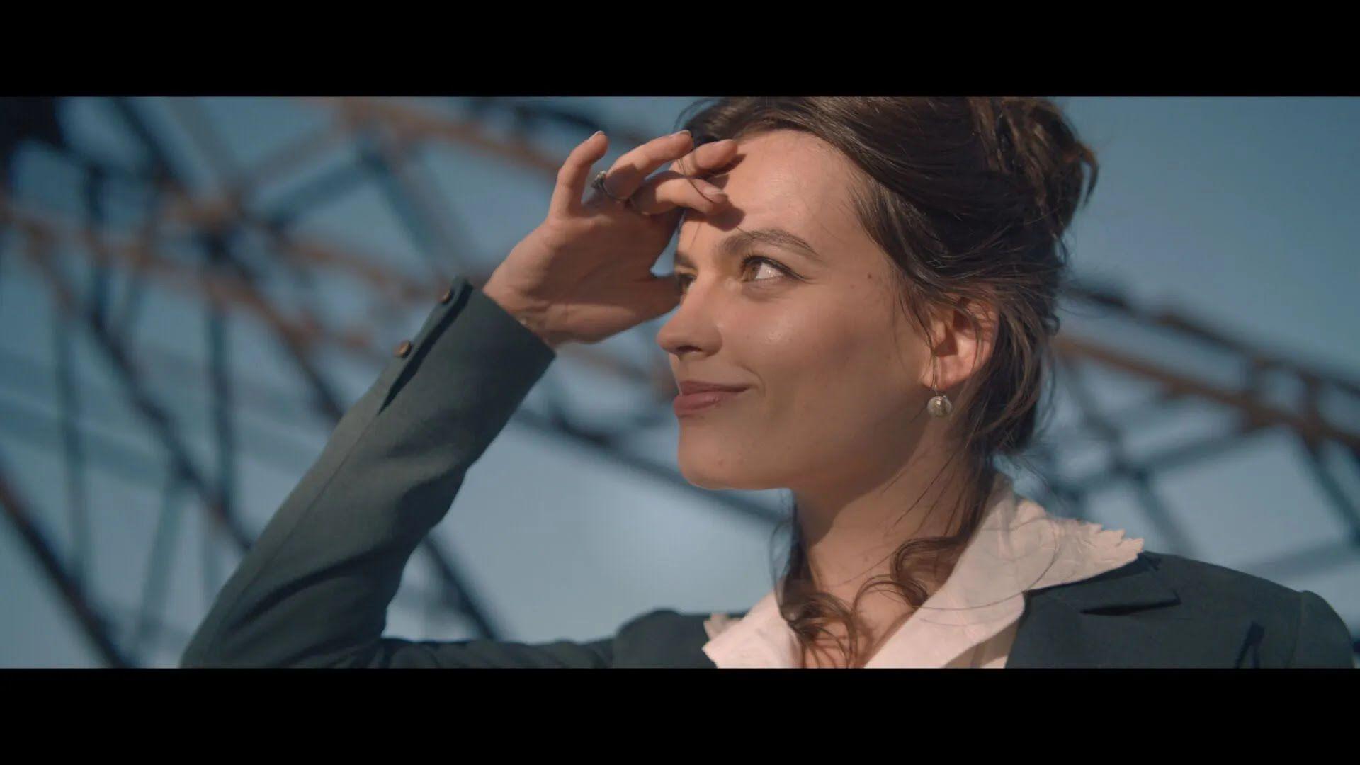 Роль таємничої Адрієнн дісталася британсько-французькій актрисі Еммі Маккей