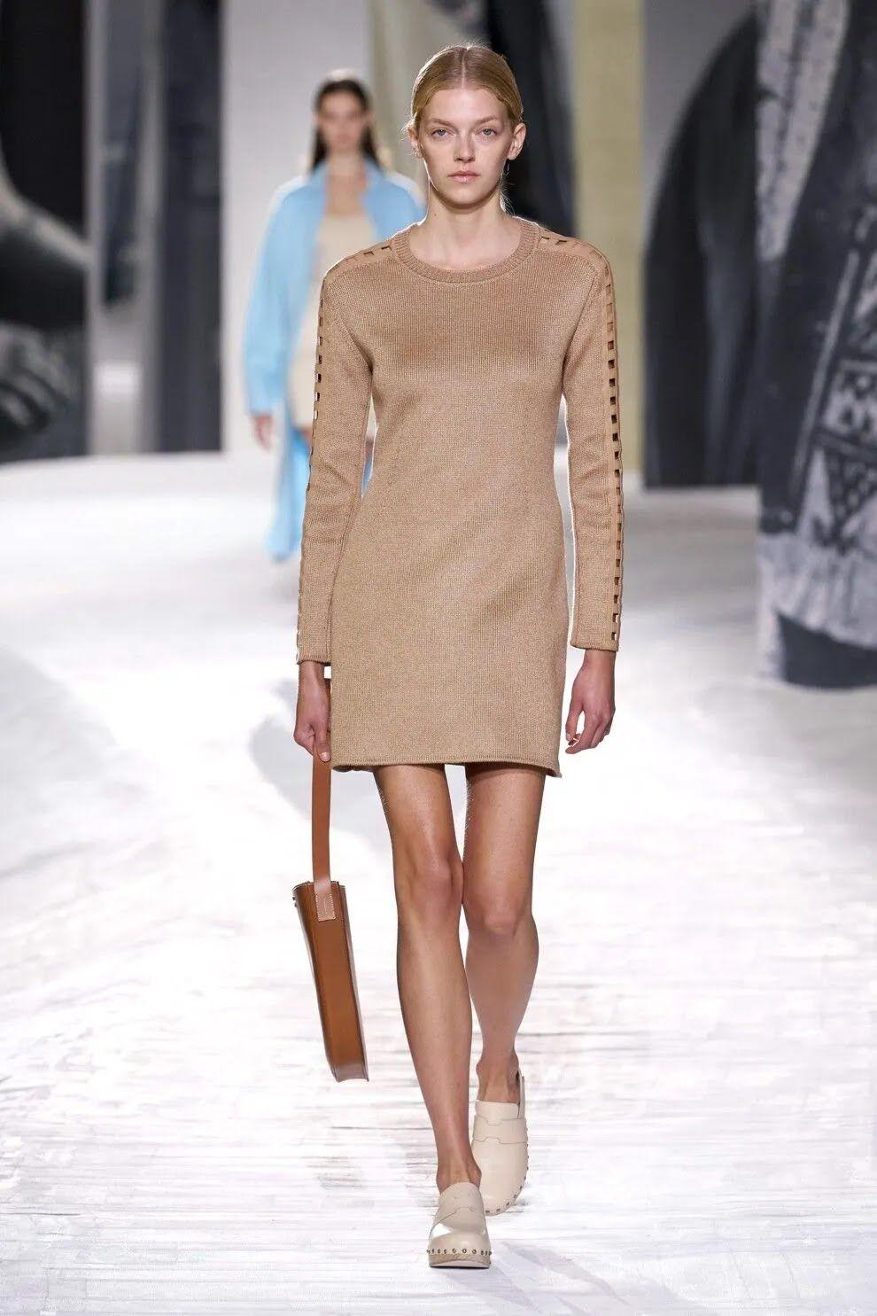 Як виглядає стильна бежева сукню 2021