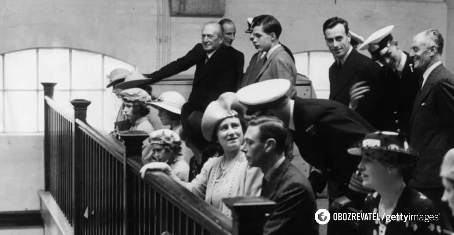 Принцеса Єлизавета (сидить третя зліва) в каплиці Королівського військово-морського коледжу в Дартмуті зі своїми батьками. Молодий кадет, принц Греції та Данії Філіп (стоїть другий праворуч). Липень 1939 року
