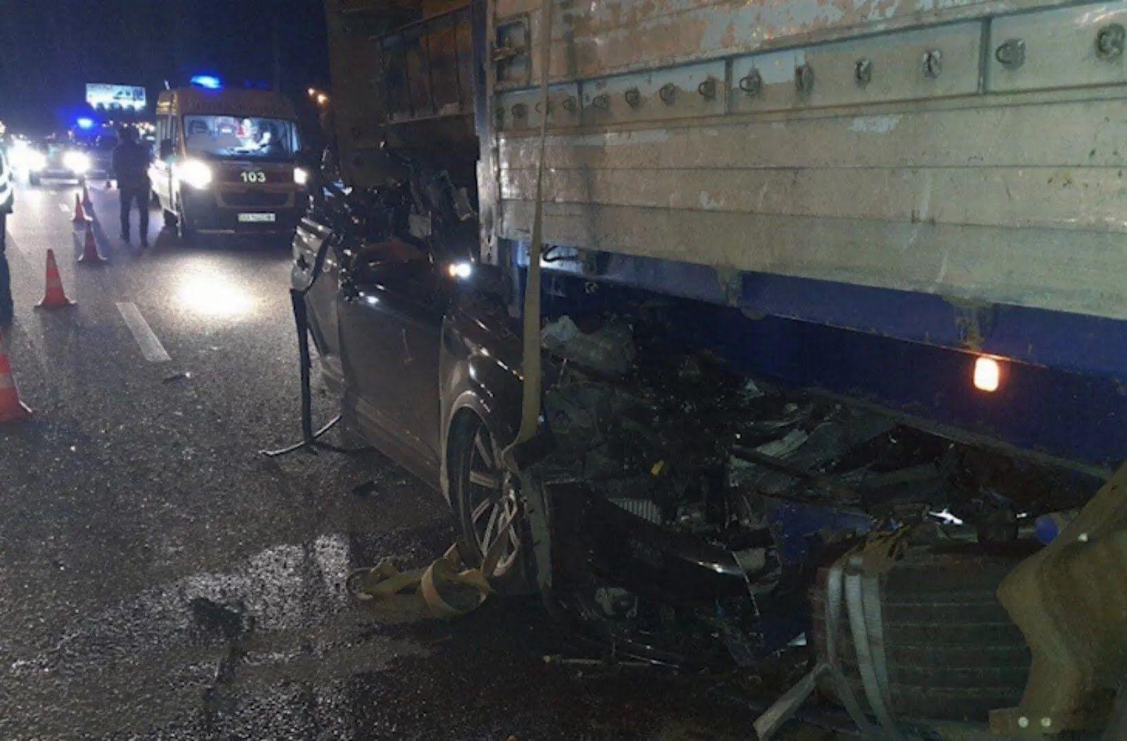 Audi на швидкості протаранила вантажівка.