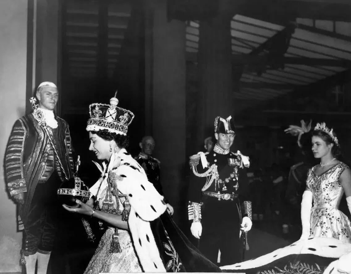 Герцог Единбурзький поруч зі своєю дружиною Єлизаветою II після її коронації. 2 червня 1953 року