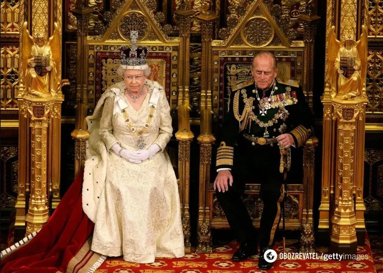Принц Філіп поруч з Єлизаветою II під час її виступу на церемонії відкриття нової сесії парламенту Великобританії в Палаті лордів. 3 червня 2010 року