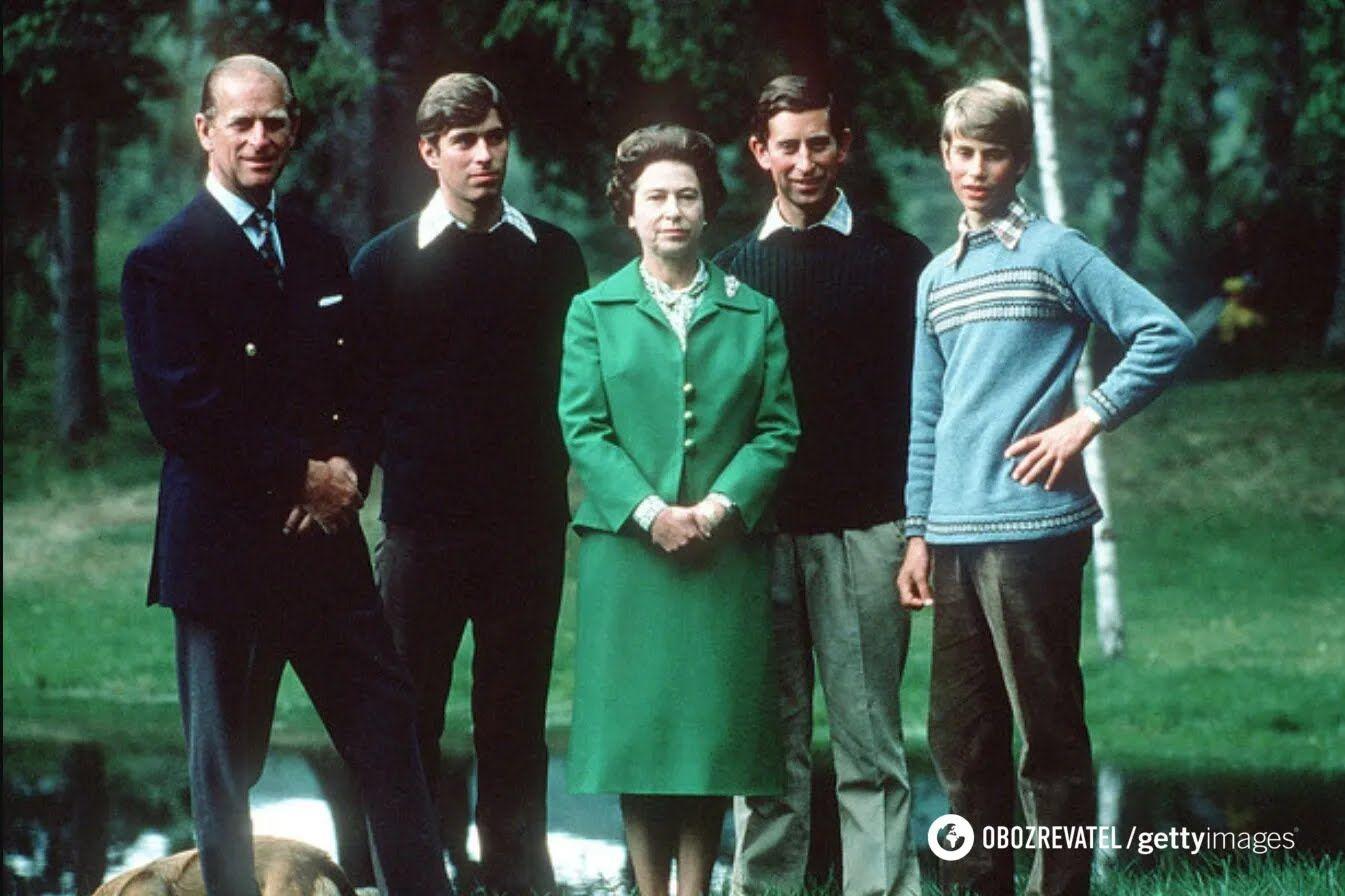 Королева з герцогом Единбурзьким і синами, герцогом Йоркським, принцом Вельським і графом Уессекса під час відпочинку в Балморалі, Шотландія, 1975 рік.