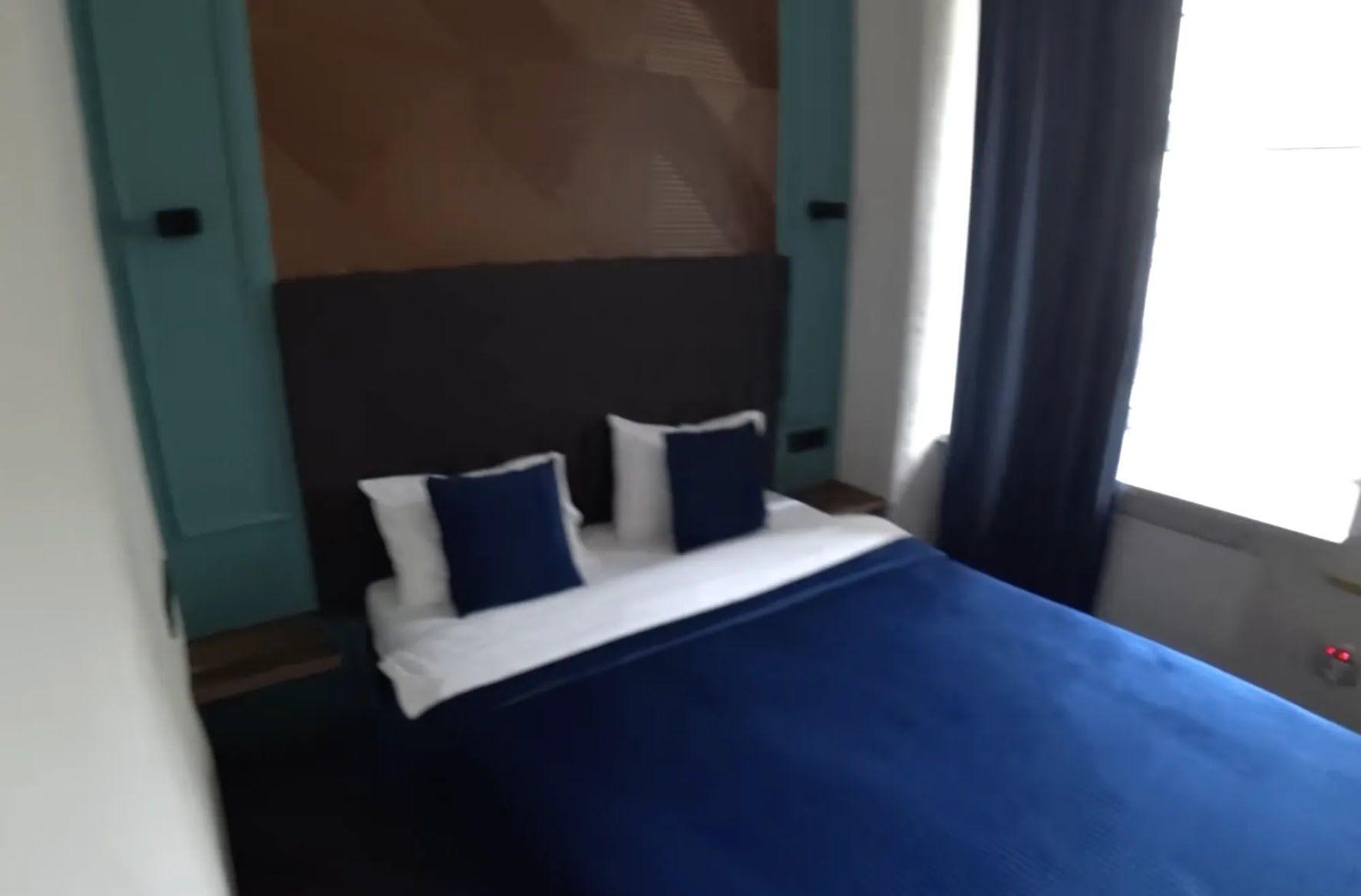 У номері є зручне велике ліжко.