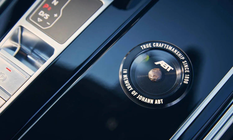В каждом из 64-х экземпляров машины есть памятный знак на центральном тоннеле с кусочком наковальни