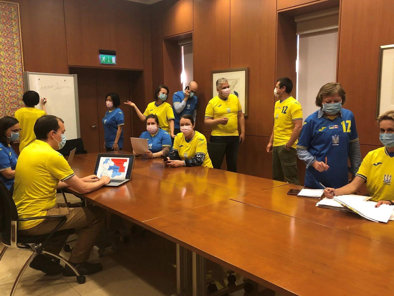 В Канаде сотрудники посольства пришли в форме сборной Украины.
