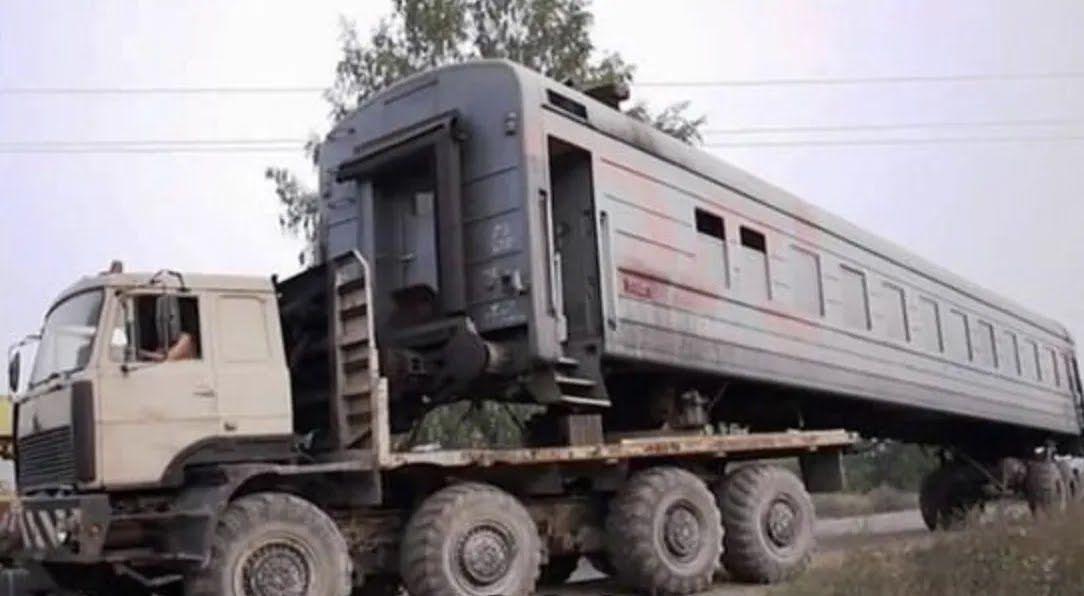Механіки змайстрували вантажівку.