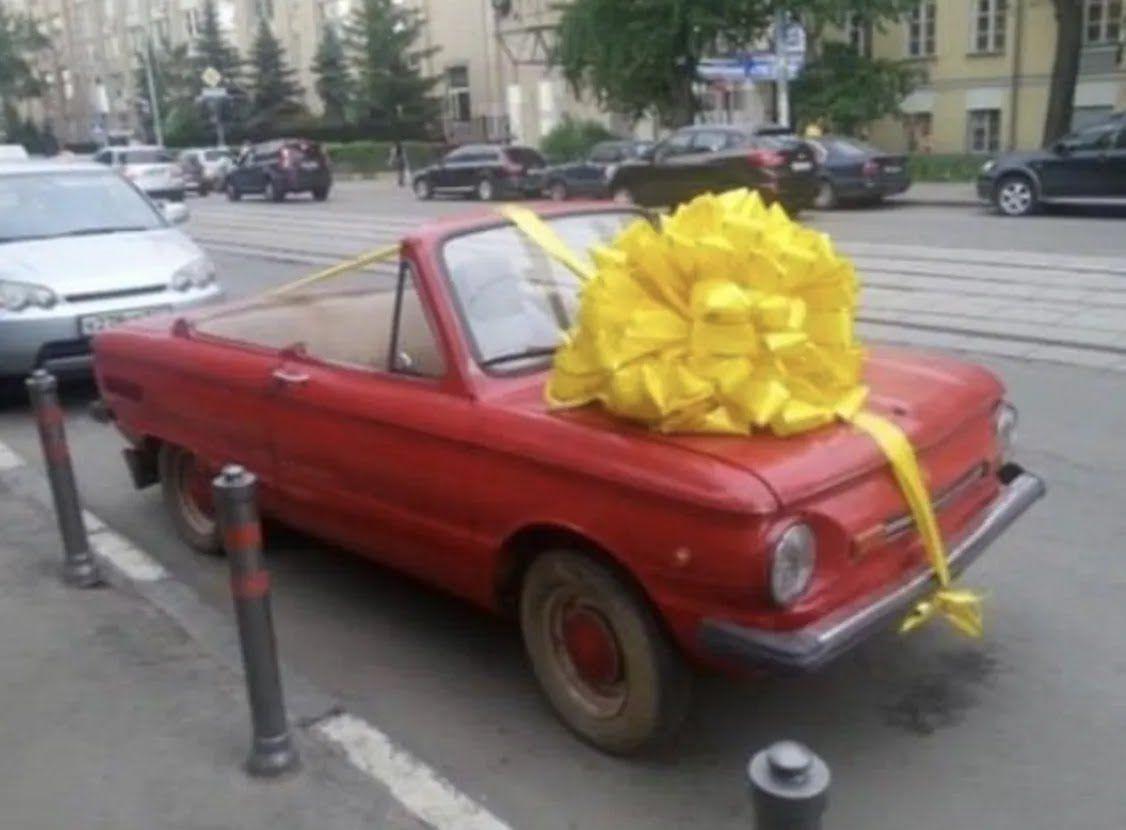 Чоловік подарував автомобіль.