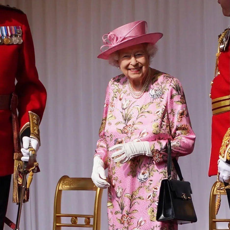 Королева Єлизавета у стильному вбранні