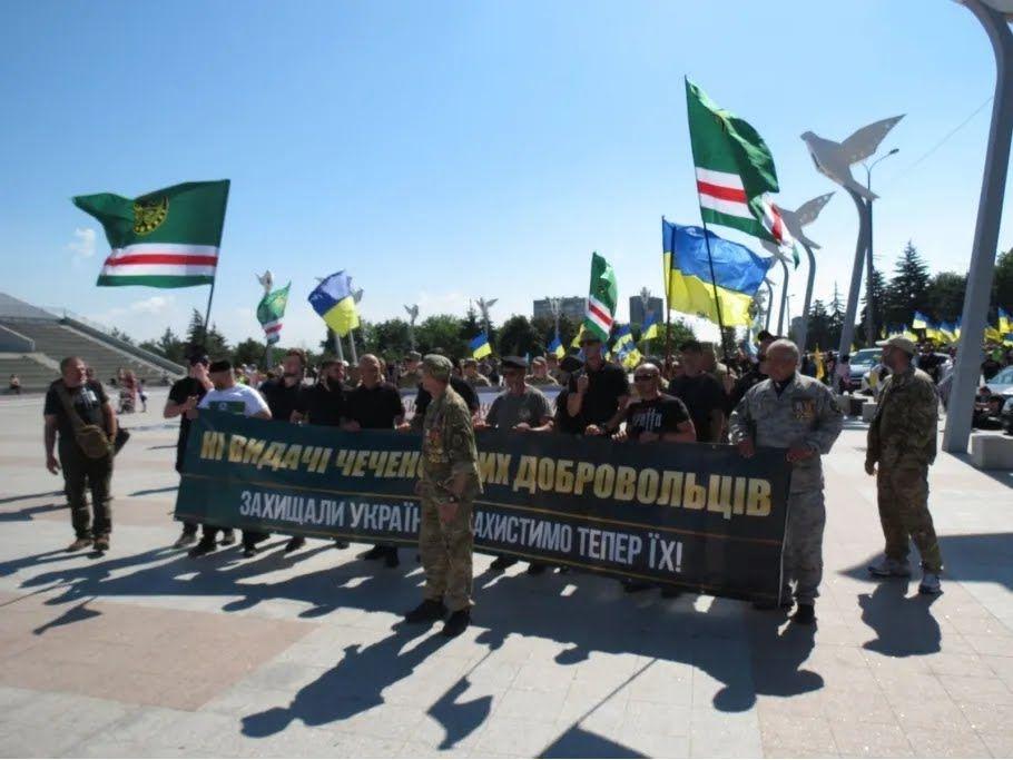 """Участники несли флаги Украины и баннеры с надписями в поддержку полка """"Азов"""""""