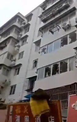 Пошкоджено прилеглі будинки.