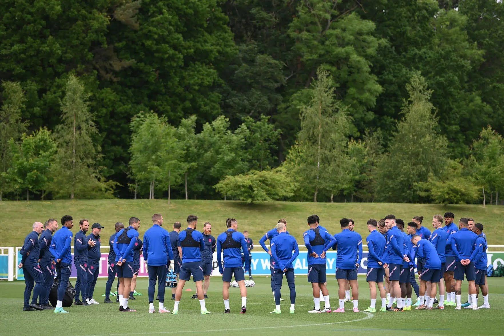 Англійці грають на домашньому стадіоні.